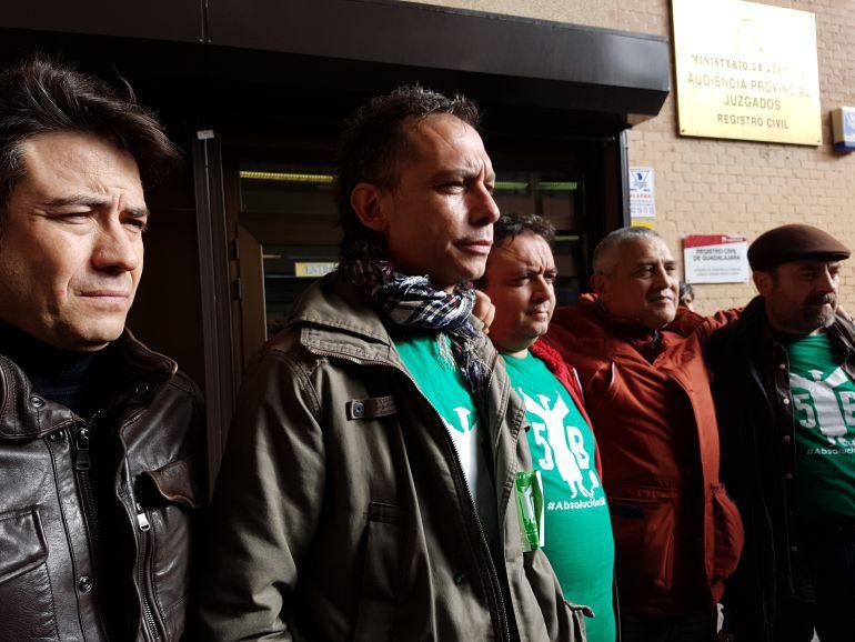 Los cinco acusados, antres de entrar al juicio.