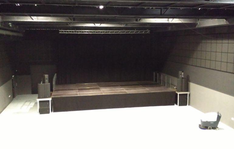 Vista parcial de la sala multidisciplinar del Centro Cultural con el escenario desmontable colocado