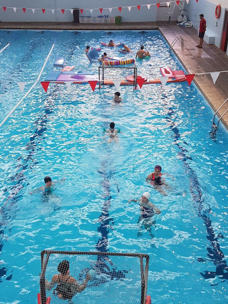 Un moment de la Nedada Solidària contra el Càncer Infantil a la piscina municipal de Tortosa.