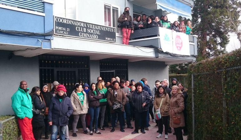 Casi medio centenar de personas se ha repartido entre el portal y la vivienda para intentar impedir, sin éxito, el desalojo
