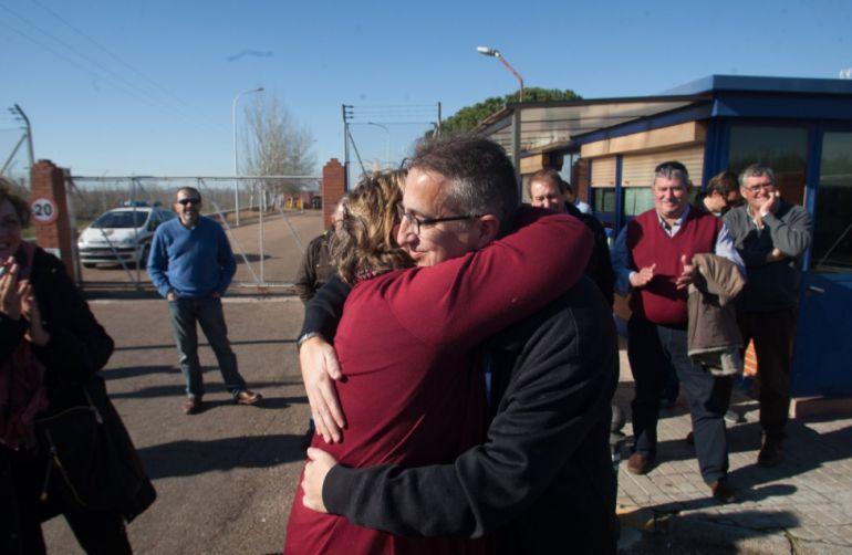 Ignacio Huertas abraza a Montse, su mujer, tras salir de la prisión de Badajoz