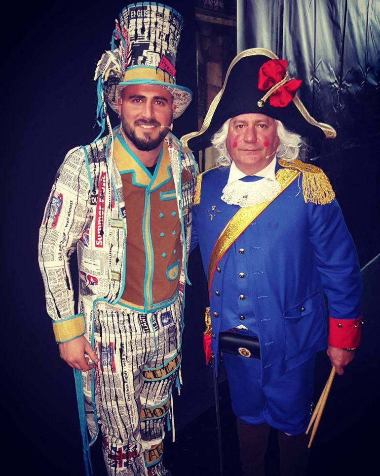 El pregonero, Fernando Lozano, junto a su hijo Nandi en las tablas del Teatro Florida.