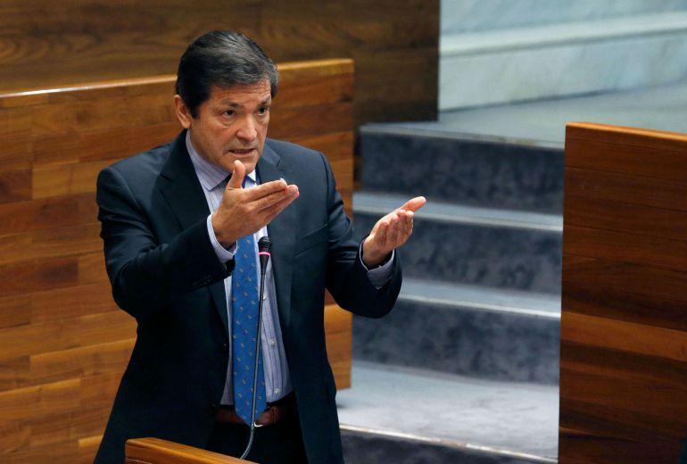 El presidente del Principado responde a las preguntas de la oposición en el parlamento asturiano.