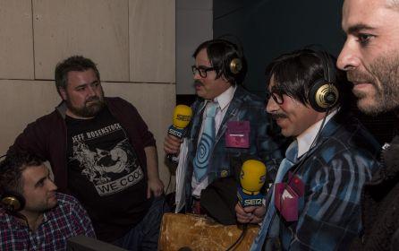 Enzo, Pedro Wichard y Paco Lagoa, comentaristas del Concurso de Murgas con dos de los componentes de la murga 'Esto está ganao'