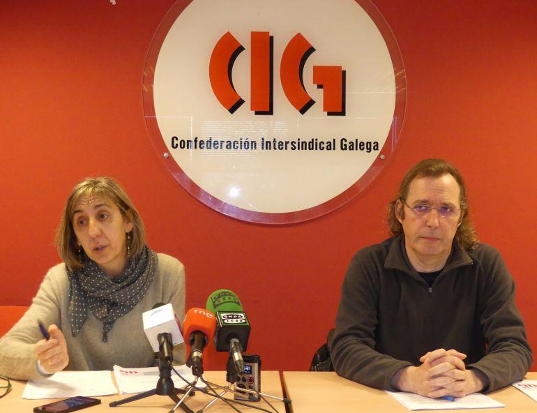 La economista del gabinete técnico de la CIG, Natividad López, junto al secretario confederal de Empleo, Miguel Malvido, durante la presentación del informe sobre el mercado de trabajo en 2016.