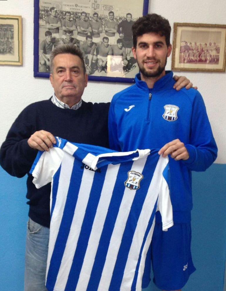 Juanma Longa, posando con la camiseta del equipo junto a Salvador Beato