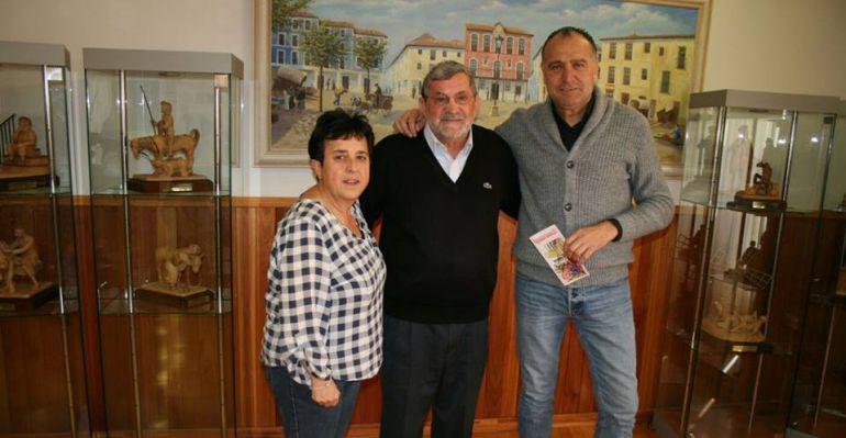 El pregonero entre la concejala de Festejos, Conchi Zarco y el alcalde, José Manuel López Carrizo
