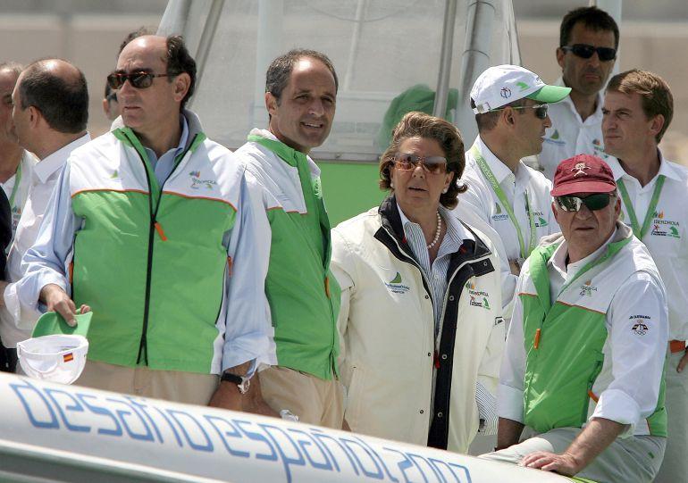 El rey don Juan Carlos acompañado del expresidente de la Generalitat valenciana, Francisco Camps (2i) y de la exalcaldesa de Valencia, Rita Barberá (2d), durante una visita al Puerto de Valencia