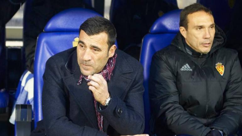 El entrenador del Real Zaragoza, Raúl Acné, en el banquillo de la Romareda
