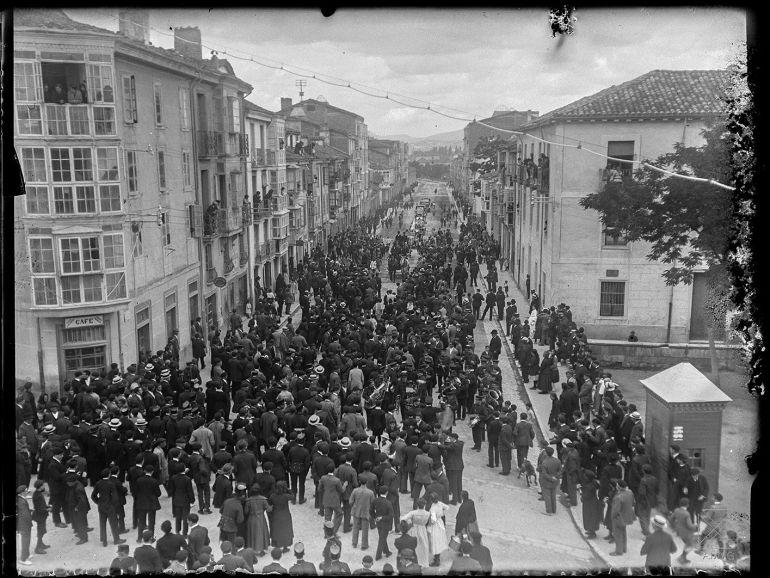Cortejo con Guridi a su paso por la calle Francia