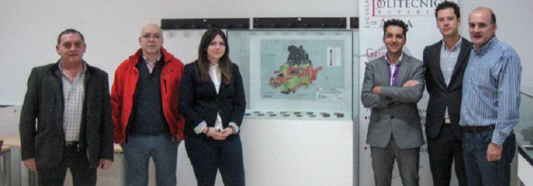 Equipo de la escuela Politécnica con el mapa geotérmico de la provincia