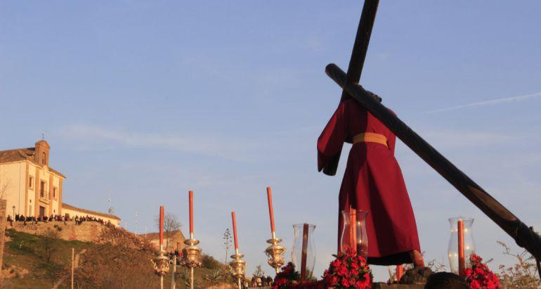 La Hermandad de la Estrella rezando el vía crucis hasta el Cerro del Aceituno, tal y como se hacía desde el siglo XVIII