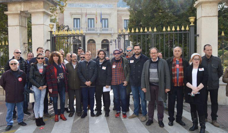 Miembros de sindicatos, partidos políticos o instituciones se han concentrado ante la Diputación