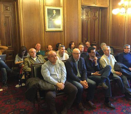 El público, vinculado en su mayoría al PP, ha llenado el salón desde el inicio del pleno