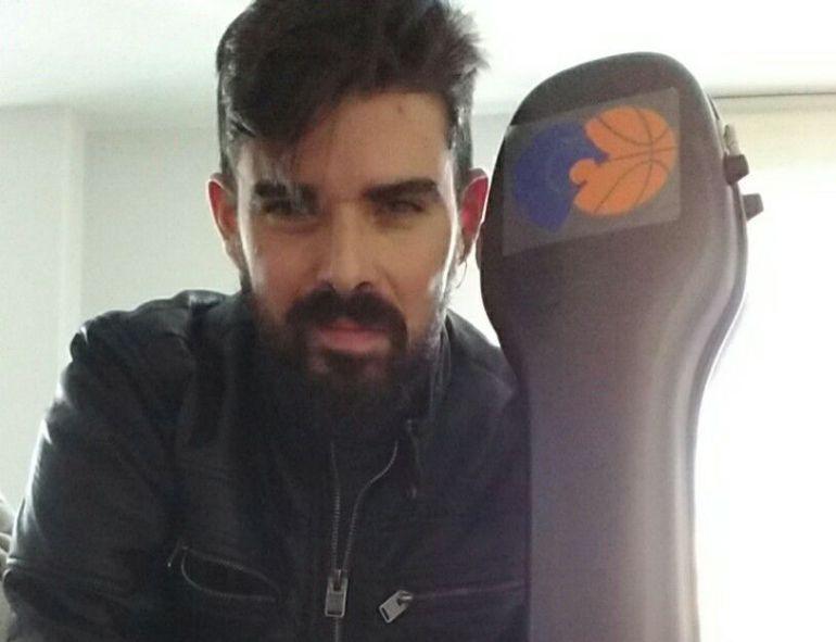 David Prado con la funda de su guitarra con el escudo del Breogán