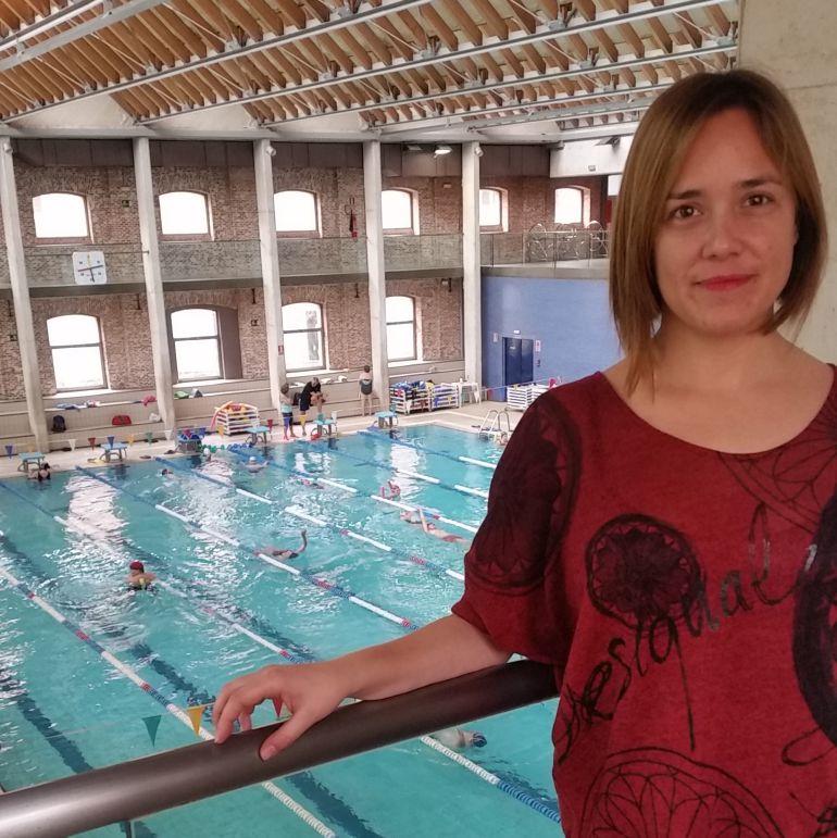 Raquel Fontecha, coordinadora del equipo de natación, en el polideportivo municipal Daoiz y Velarde.