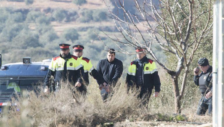 Ismael Rodríguez, rodeado de agentes de los Mossos d'Esquadra, en la reconstrucción de los hechos en el coto de Aspa