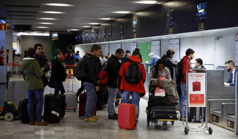 Imagen de turistas en el aeropuerto de Ibiza