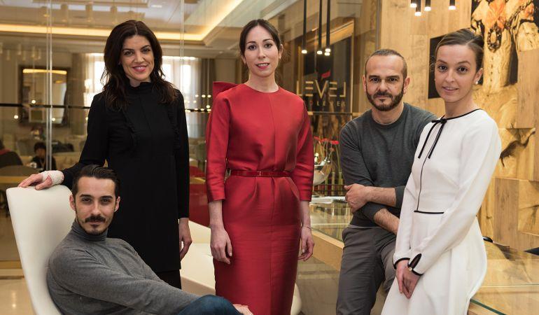 Antonio Burillo y Juan Carlos Fernández han creado el vestido 'Lady in Red', un vestido midi en mikado rojo, de corte recto y manga japonesa