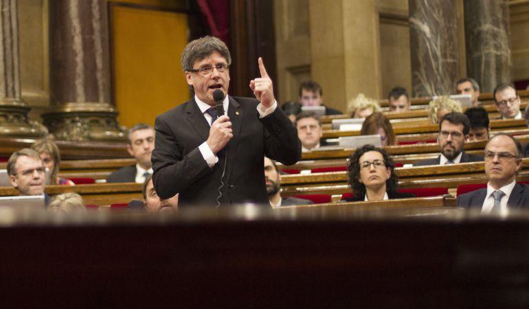 El presidente de la Generalitat, Carles Puigdemont, durante una sesión de control en el Parlament.