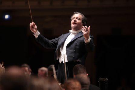 El músico y director de orquesta vitoriano, Juan José Mena, ha sido galardonado en 2016 con el Premio Nacional de Música, concedido por el Ministerio de Cultura. El jurado le premiaba por su trayectoria profesional en la última década en los principales escenarios internacionales y al frente de las orquestas más prestigiosas del mundo, como la Orquesta Filarmónica de Berlín.