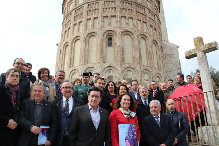 La consejera de Turismo, el secretario de la Fundación Edades del Hombre, y el alcalde de Cuéllar muestran la Tarjeta Turística acompañados de diversas autoridades ante el ábside de San Esteban