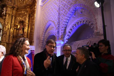 La consejera de Turismo recibe explicaciones sobre los sepulcros restaurados en la iglesia de San Esteban de Cuéllar