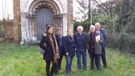 El concejal, delante de la capilla, con los expertos e historiadores de la Universidad de Oviedo