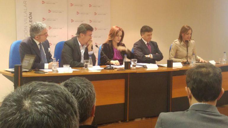 El presidente de la FES, el alcalde de Cuéllar, la presidenta de las Cortes, el presidente de la Diputación de Segovia y la diputada de cultura de Valladolid en la reunión organizada por la Fundación Villalar