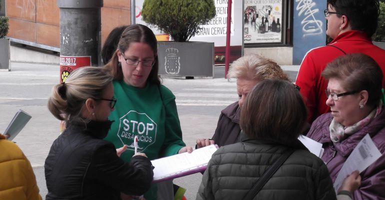 Activistas de la plataforma antidesahucios recogen firmas en Jaén.