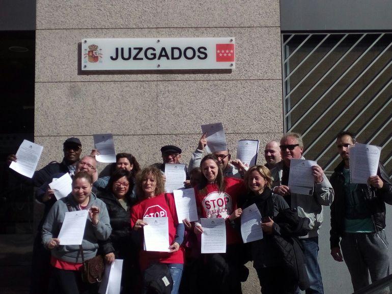 Un grupo de personas esta mañana en los Juzgados de Capitán Haya de Madrid