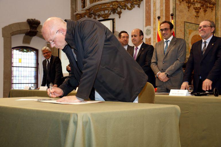 Un alcalde signant l'adhesió a l'acord per la portada d'aigua de Rialb amb el conseller Rull i el president de la Diputació de Lleida, el dijous 2 de març.