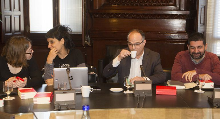 Las portavoces de la CUP, Anna Gabriel (2i) y Eulalia Reguant (i), y los de JxS, Jordi Turull (2d) y Chakir el Homrani Lasfar (d), poco antes de la reunión de la Junta de Portavoces del Parlament