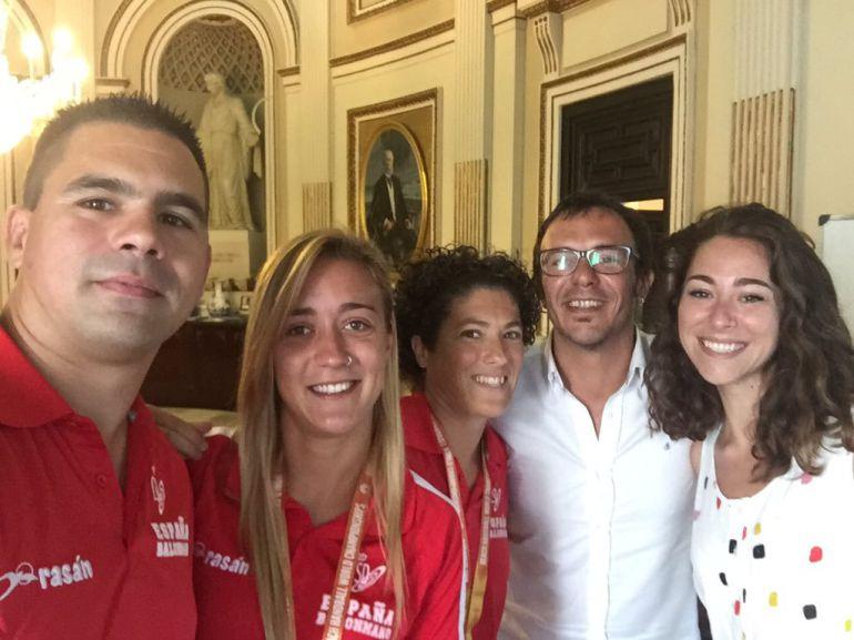 Andrea Sánchez junto con sus compañeros fue recibida por el alcalde de la ciudad de Cádiz, la concejala de deportes tras conseguir el oro