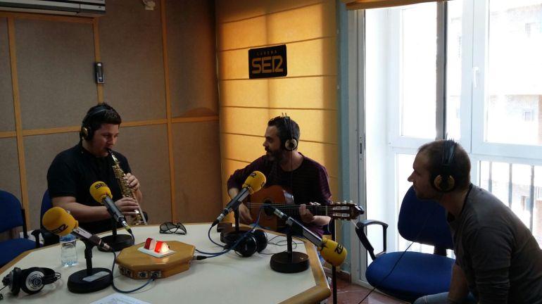 """El saxofonista onubense Sebastián González Bereño tocando en directo con su grupo en """"Hoy por Hoy Huelva"""" de la SER"""