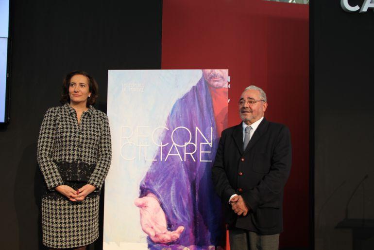 La consejera de Cultura y el secretario de la Fundación Edades del Hombre durante la presentación del cartel de Reconciliare en Intur.