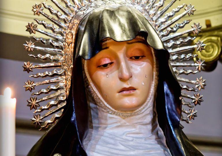Virgen de la Soledad del Calvario, de José de Mora, se veneró originalmente como Virgen de los Dolores, en la Hermandad de los Servitas