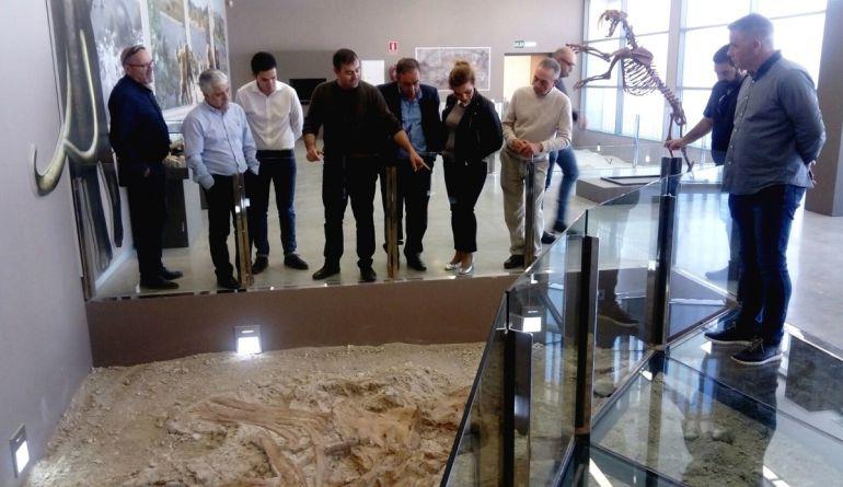 Representantes políticos de Ciudadanos y del Ayuntamiento de Orce en el centro de interpretación de los yacimientos arqueológicos y paleontológicos de la localidad
