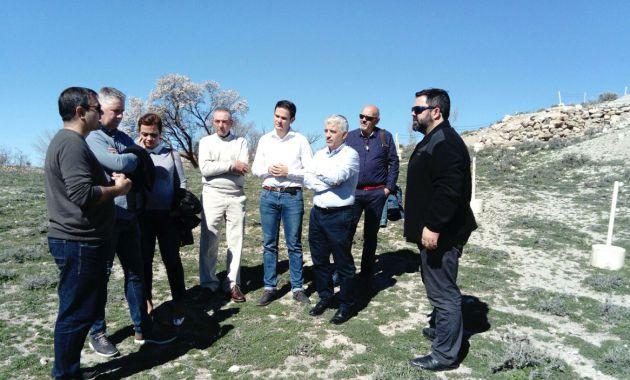 Representantes políticos de Ciudadanos y del Ayuntamiento de Orce visitando los yacimientos arqueológicos y paleontológicos de la localidad
