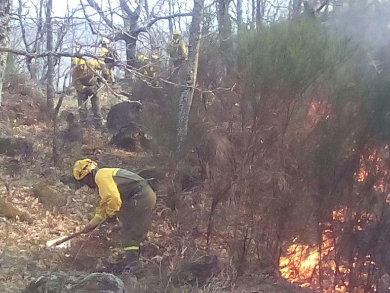 Bomberos trabajando en la extinción del incendio de Rebollar, en el Valle del Jerte.