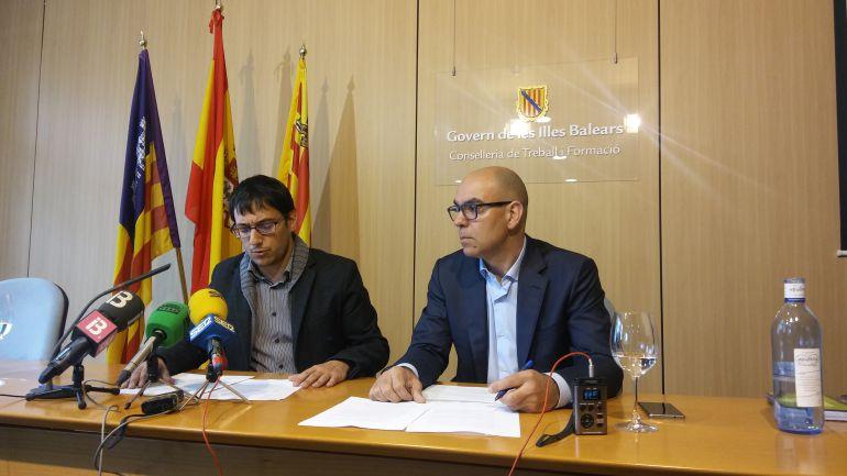 El Conseller Balear de Trabajo, Iago Neguruela, a la izquierda de la imagen