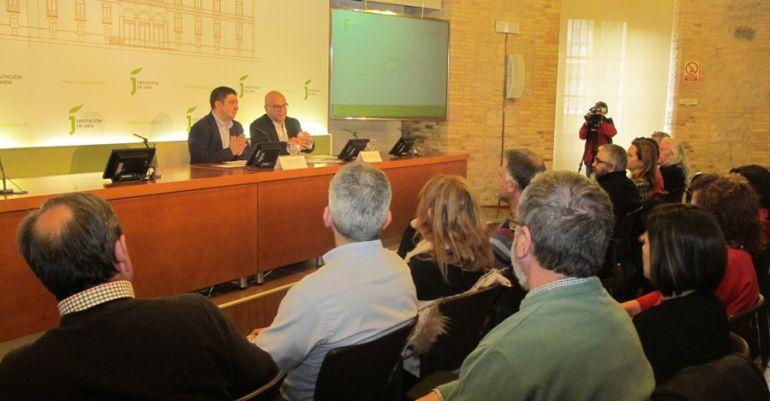 El presidente dela Diputación, Francisco Reyes (izqda), dirigiéndose a los artesanos de la provincia.
