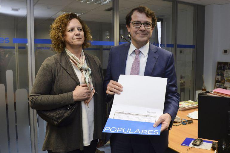 El alcalde de Salamanca, Alfonso Fernández Mañueco, acompañado de su esposa, presenta en la sede del PP de Castilla y León, los avales necesarios para su precandidatura a la presidencia del partido en la comunidad.