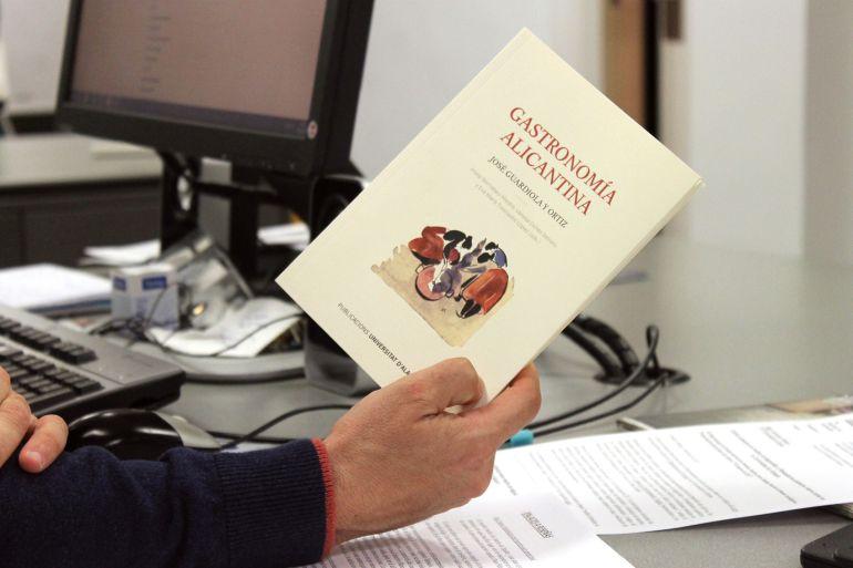 """Ejemplar del libro """"Gastronomía Alicantina"""" de José Guardiola, reeditado por la Universidad de Alicante"""