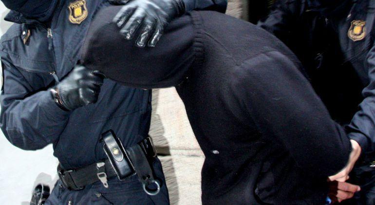 Un presunto integrante de Los Trinitarios bajo custodia de la Policía