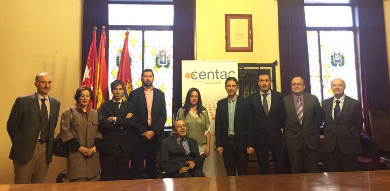 La concejala de Transparencia e Innovación Social, Brianda Yáñez (centro), el alcalde complutense, Javier Rodríguez Palacios y el director del CENTAC, Juan Carlos Ramiro, junto a miembros del patronato.