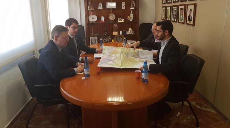 El president del Consell, Ximo Puig, junto a representantes municipales entre ellos el alcalde, Victor García