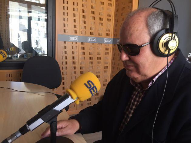 Magallanes, contando su historia en los estudios de Radio Extremadura.