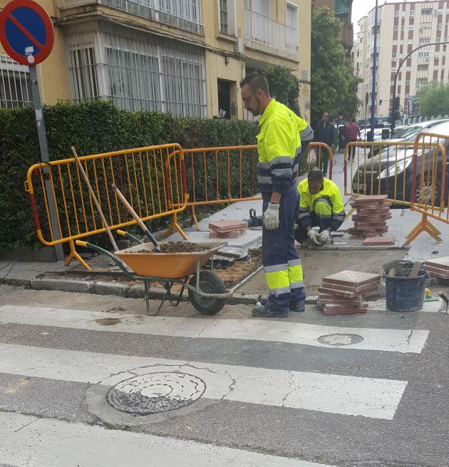 Operarios del ayuntamiento de Badajoz reparando el hueco días después del accidente.