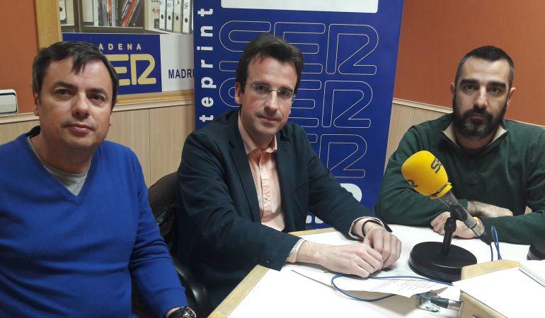 De izquierda a derecha, Jesús Saiz,  portavoz de IUCM en Parla, Miguel Angel Recuenco, portavoz del PP en Leganés, y Alejandro Álvarez, portavoz de Ganar Fuenlabrada.